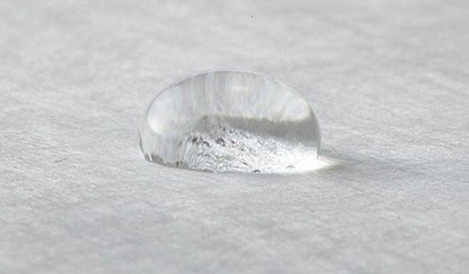 Las fibras procesadas para obtener una tela no tejida de DuPont™ Tyvek® actúan como un termoplástico e impiden que los líquidos lleguen a la superficie.
