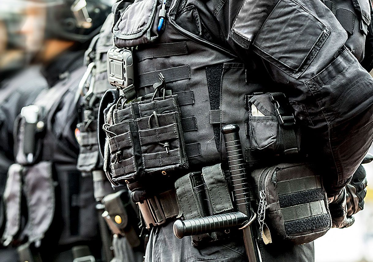 Close-up of law enforcement officers wearing hard body armor made with DuPont™ Kevlar® and DuPont™ Tensylon®