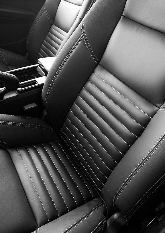 黑白色福特汽车座椅。