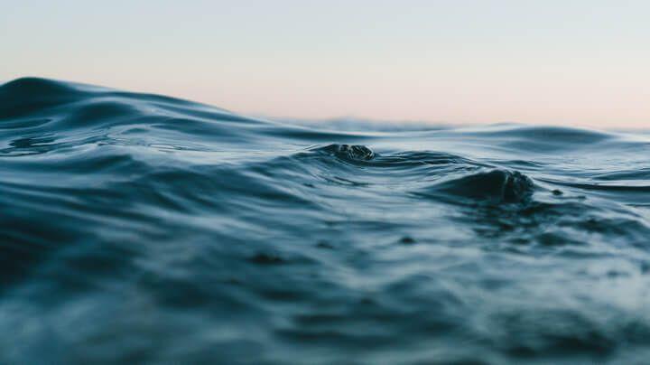 反射天空的蓝绿色海水的大特写。