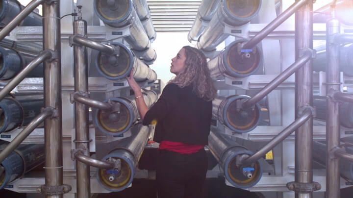 女士在检查市政水处理厂的 FilmTec™ 反渗透膜元件