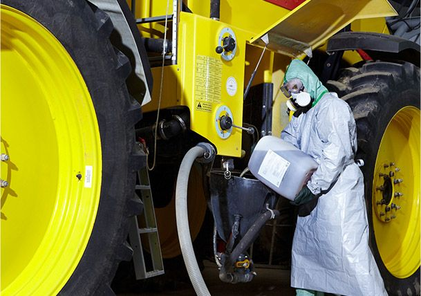 식물 위생 제품으로부터 착용자를 보호하는 Tyvek® 작업복